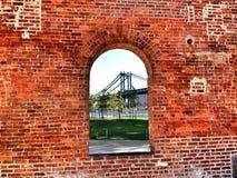 Мост Манхаттана через окно Стоковые Изображения RF