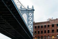 Мост Манхэттена от DUMBO в Нью-Йорке стоковые фото