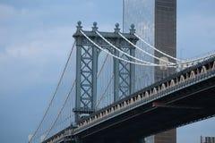 Мост Манхэттена увиденный от Brooklyn Park стоковые изображения