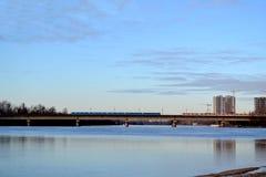 Мост метро во время встречи поездов Стоковые Изображения