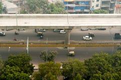 Мост метро над оживленной улицей в Дели стоковое фото rf