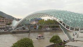 Мост мира - пешеходный мост над Рекой Kura в Тбилиси акции видеоматериалы