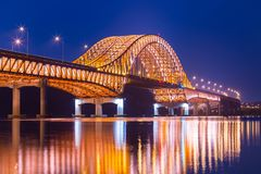 Мост моста красивой Рекы Han на ноче, Se Сеула Banghwa Стоковое Изображение RF