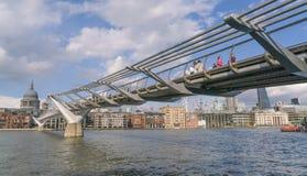 Мост моста тысячелетия пешеходный над рекой Темзой ЛОНДОНОМ стоковое изображение