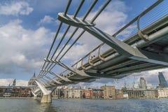 Мост моста тысячелетия пешеходный над рекой Темзой ЛОНДОНОМ стоковое фото rf