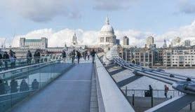 Мост моста тысячелетия пешеходный над рекой Темзой ЛОНДОНОМ стоковая фотография