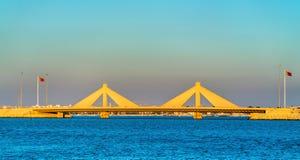 Мост мощёной дорожки Salman ящика Shaikh Isa соединяя Манаму и Muharraq в Бахрейне Стоковое Изображение