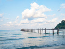 Мост молы деревянный в голубые море и небо над водой пристани каникула туризма sunbeds принципиальной схемы пляжа курорт тропичес стоковые изображения rf