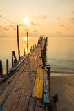 Мост молы сделанный от древесины во время восхода солнца в рассвете Стоковые Фотографии RF