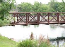 Мост над водой через след природы стоковое фото rf