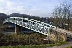 Мост над дорогой и рельсом в Bingley стоковые фотографии rf
