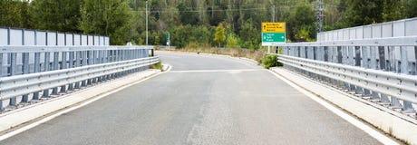 мост над дорогой стоковое изображение rf