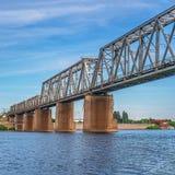 мост над железнодорожным рекой Взгляд перспективы стоковые изображения