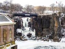 Мост над замороженными водопадами Paterson, Нью-Джерси Стоковая Фотография RF