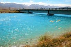 Мост над канал kaki ярким голубым manmade PÅ « Стоковая Фотография RF