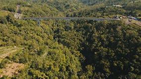 Мост над каньоном горы в джунглях bali Индонесия стоковое фото
