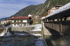 Мост над малым рекой в лыжном курорте Mayrhofen, Tyro стоковое фото
