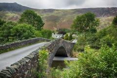 Мост над малым рекой на усадьбе в заречье озера стоковые фотографии rf