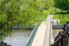 Мост над небольшим водопадом стоковое изображение rf