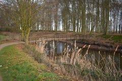 Мост над небольшой водяной поверхностью стоковая фотография rf