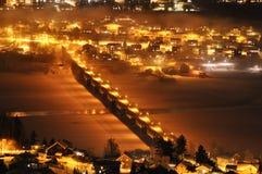 Мост над ночой зимы города стоковое фото rf