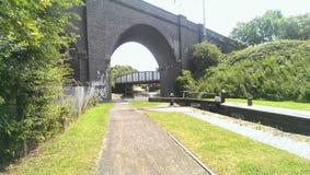 мост над побеспокоенной водой Стоковое Фото
