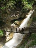 мост над побеспокоенной водой Стоковое фото RF