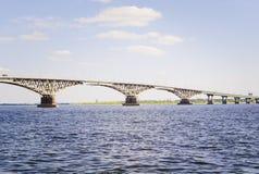 Мост над рекой Волга, Россией стоковые изображения rf
