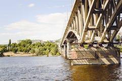 Мост над рекой, конец-вверх Россия, Волга стоковые фотографии rf