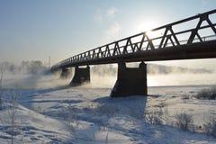 Мост над рекой, которое не замерзает alps покрыли древесины зимы малого снежка места дома швейцарские Стоковые Изображения