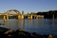 Мост над рекой Флоренсом Орегоном Siuslaw Стоковое Изображение RF