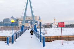 Мост над рекой Saima Студенты идут к университету SURGU; на морозном утре зимы стоковое фото rf