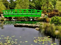 Мост над штилевыми водами стоковые фотографии rf