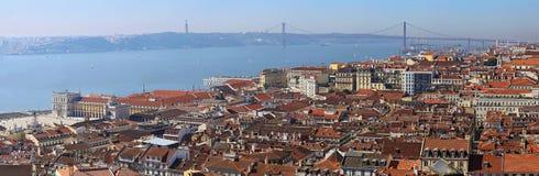 Мост названный после 25th -го октябрь в Лиссабоне Стоковые Изображения
