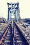 мост над железнодорожным рекой стоковое фото