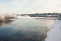 Мост над замороженным рекой Стоковое Фото