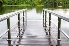 Мост над запрудой около горы Стоковая Фотография