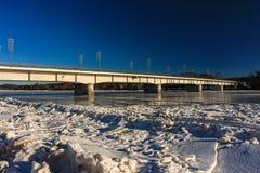 мост над зимой реки стоковое изображение rf