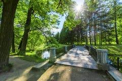 Мост над каналом в парке Tsarskoe Selo Стоковые Фотографии RF