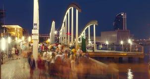 Мост над Мариной Vell порта Туристы идя на Rambla Del Mar на ноче видеоматериал