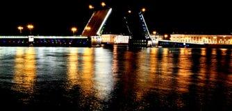 Мост на ноче, Ст Петерсбург дворца, Россия Стоковые Фото