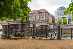 Мост над оживлением реки, Берлином, Германией Стоковые Изображения