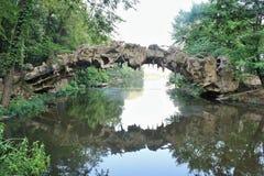 Мост на озере на старом парке мельницы, северном меньший утес Стоковые Фото