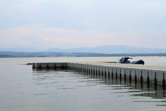 Мост на озере стоковая фотография rf