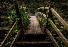 мост над побеспокоенной водой Стоковая Фотография