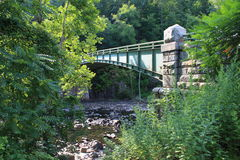 мост над побеспокоенной водой Стоковые Фотографии RF