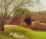 Мост над потоком в парке зеленым цветом гольфа Стоковые Фотографии RF