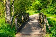 мост над потоком деревянным Стоковые Фотографии RF