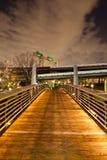 Мост на прогулке заболоченного рукава реки Стоковое Изображение RF