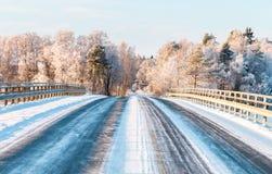 Мост на проселочной дороге на солнечный зимний день стоковое фото rf